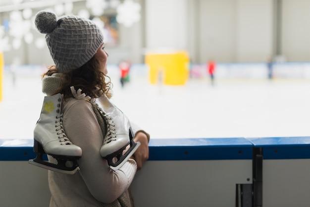 Vista lateral mulher olhando para a pista de patinação