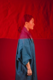 Vista lateral mulher posando com pano