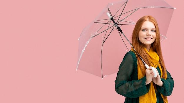 Vista lateral mulher segurando guarda-chuva