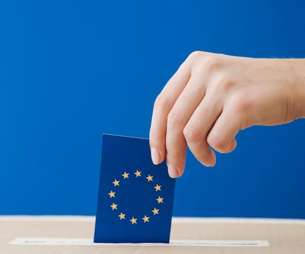 Vista lateral, mulher, sendo, envolvido, em, a, europeu, eleição, close-up