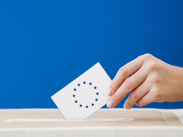 Vista lateral, mulher, sendo, envolvido, em, a, europeu, eleição