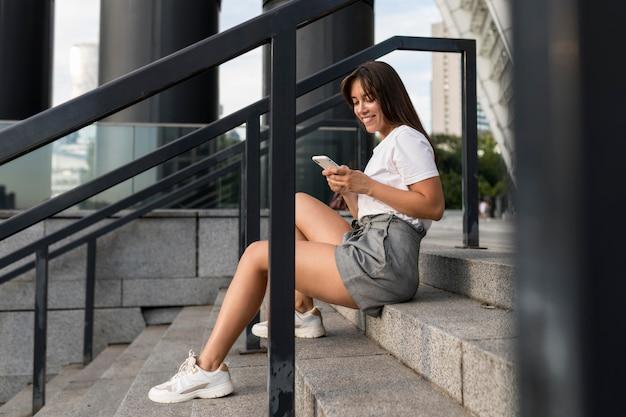 Vista lateral mulher sentada na escada