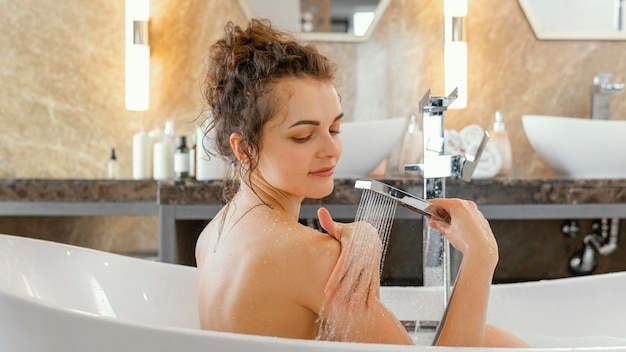 Vista lateral mulher tomando banho