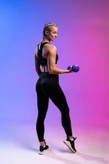 Vista lateral mulher treinando com pesos