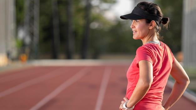 Vista lateral mulher treinando