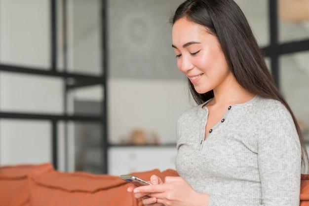 Vista lateral mulher usando celular