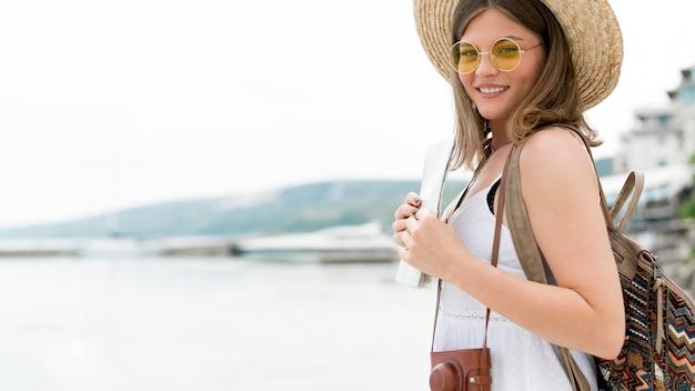 Vista lateral mulher vestindo mochila