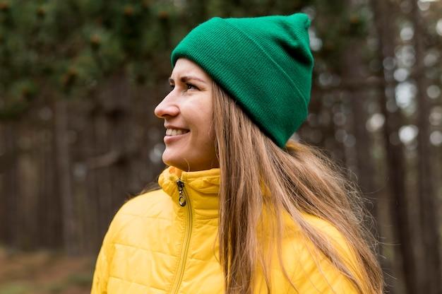 Vista lateral mulher vestindo um gorro verde