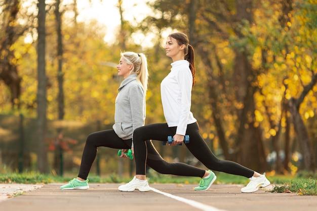 Vista lateral mulheres se preparando para treino