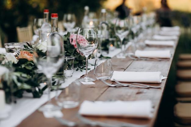 Vista lateral na enorme mesa decorada e servida