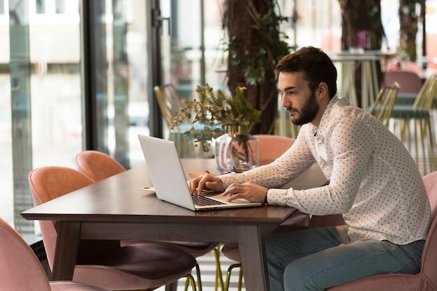 Vista lateral negócios masculino trabalhando