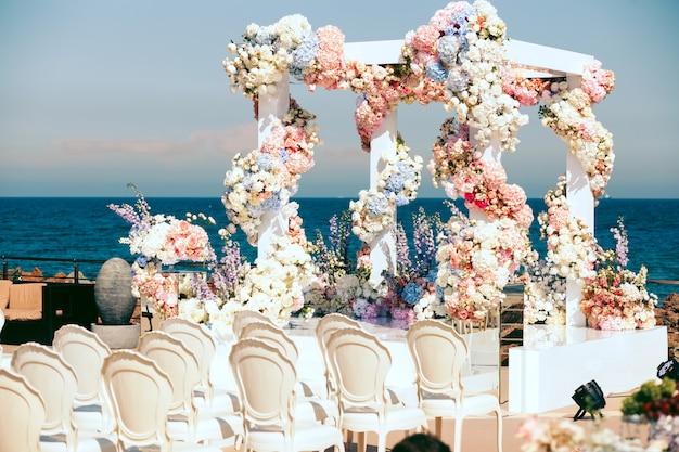 Vista lateral no arco de casamento com flores