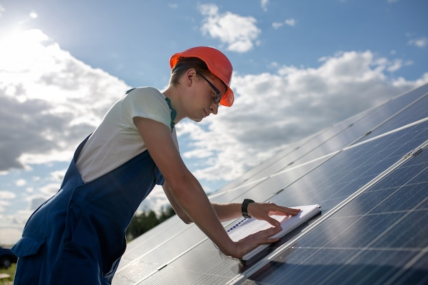 Vista lateral no trabalhador e painel solar.