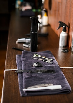 Vista lateral organizada ferramentas de barbear