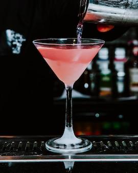 Vista lateral para cocktail de álcool