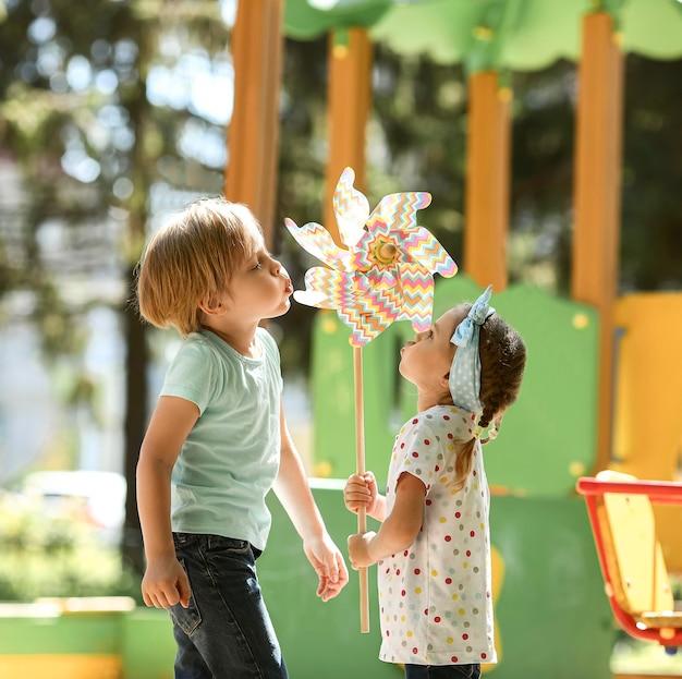 Vista lateral para crianças pequenas no parque
