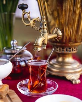 Vista lateral para o chá tradicional de samovar