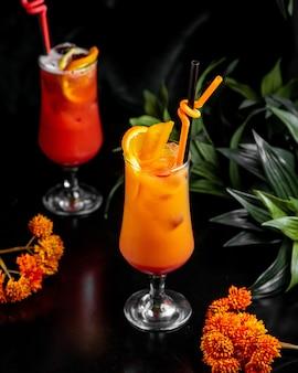 Vista lateral para o cocktail laranja