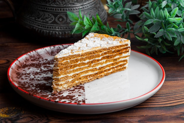 Vista lateral pedaço de bolo de mel