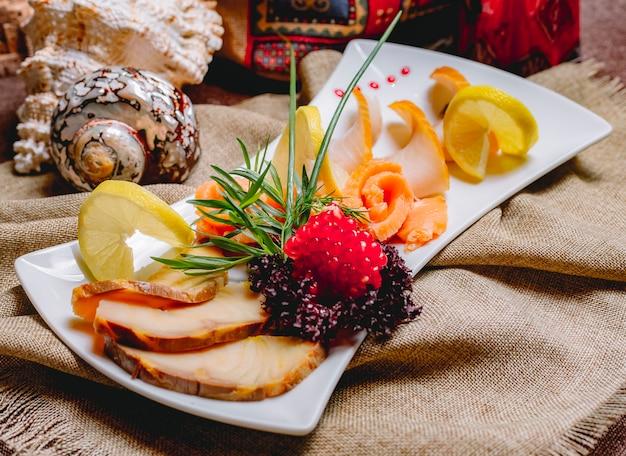 Vista lateral, peixe defumado, prato, salmão balyk, com, ervas, romã, e, fatias limão