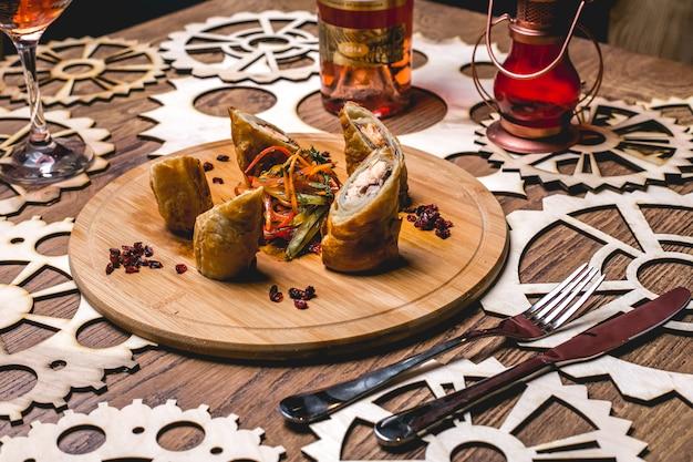 Vista lateral peixe rolar no pão pita com salada de legumes e bérberis
