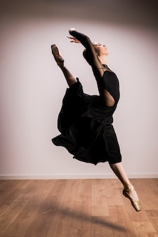Vista lateral, postura de bailarina