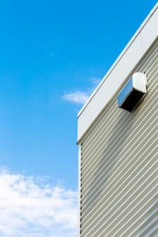Vista lateral, predios, com, céu azul