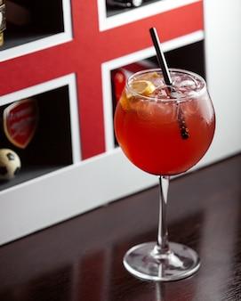 Vista lateral refrescante cocktail com uma fatia de limão