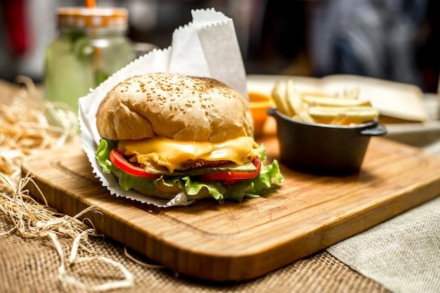 Vista lateral sanduíche de queijo e batatas fritas no quadro