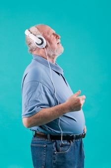 Vista lateral sênior curtindo a música