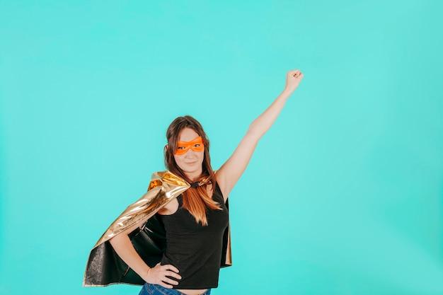 Vista lateral superwoman voadora