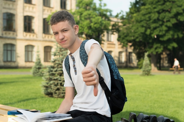 Vista lateral, tiro médio, de, sentando, decepcionado, menino adolescente