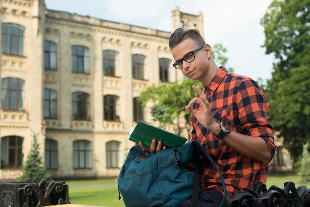 Vista lateral, tiro médio, menino adolescente, mostrando, aprovação