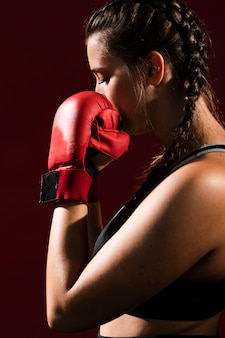 Vista lateral tiro médio ó mulher atlética em roupas fitness