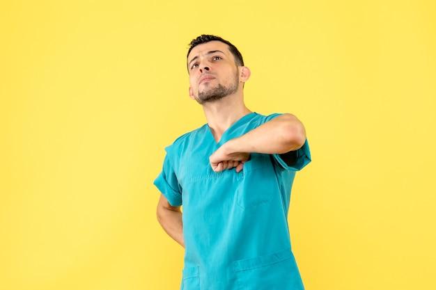 Vista lateral, um especialista em que o médico fala como cumprimentar as pessoas durante uma pandemia