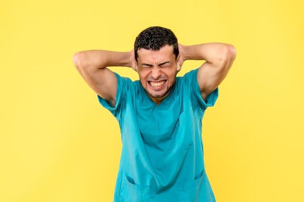 Vista lateral, um especialista, o médico está falando sobre dor no pescoço