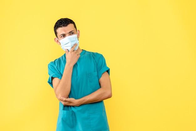Vista lateral, um médico com máscara um médico está pensando sobre a pandemia de coronavírus