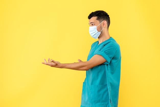 Vista lateral, um médico com máscara, um médico pergunta aos pacientes como usar as máscaras