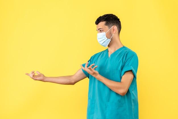 Vista lateral, um médico com máscara, um médico pergunta aos pacientes se eles usam máscaras