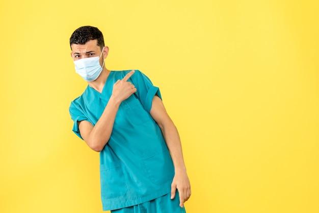 Vista lateral um médico com máscara um médico pode ajudar os pacientes com covid-