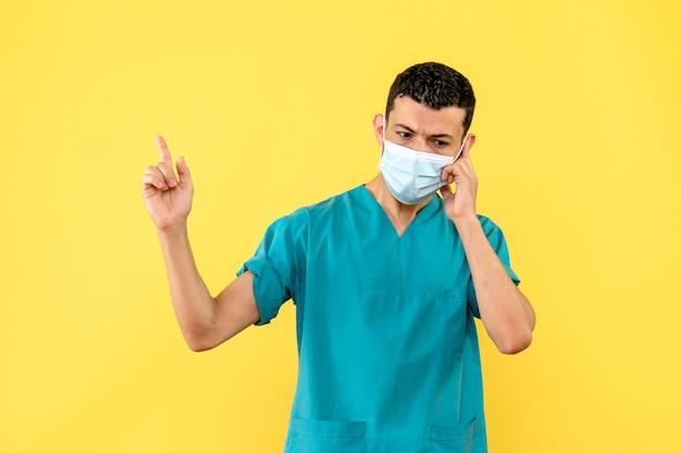 Vista lateral, um médico um médico com máscara está falando ao telefone celular com um paciente com covid-