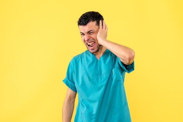 Vista lateral, um médico um médico fala como tratar a dor de ouvido
