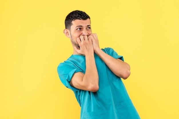 Vista lateral um médico um médico se preocupa com pacientes com coronavírus