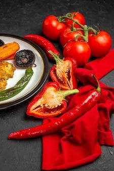 Vista lateral vegetais pimentões pimentões tomates vegetais assados