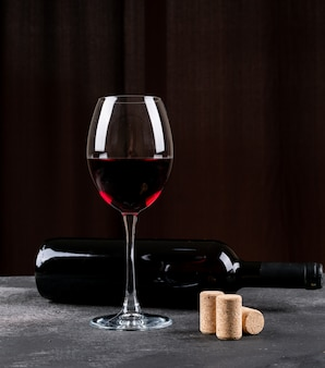 Vista lateral vinho tinto na vertical preto
