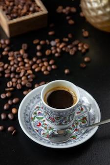 Vista lateral xícara de café com grãos de café