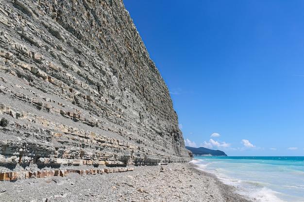 Vista linda de verão das rochas e da praia selvagem no acampamento