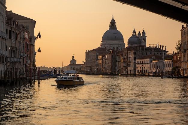 Vista linda do nascer do sol no grande canal de veneza