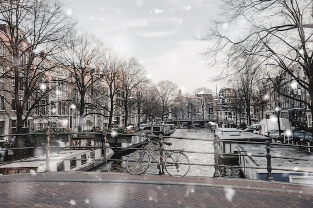 Vista maçante de amsterdã na neve do inverno