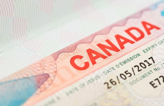 Vista macro de um visto canadense no passaporte de tailândia.